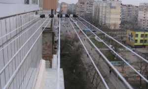 Как повесить бельевую веревку на балконе и лоджии: варианты крепления и современные решения